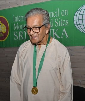 Dr. Roland Silva with the ICOMOS Gold Medal