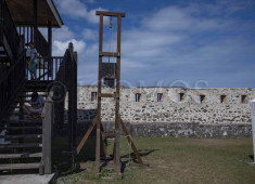 fort-teremba-21-july-dsc4167-guillotine-small